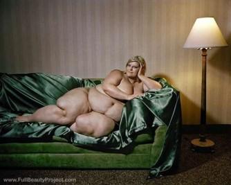 le-donne-grasse-di-yossi-loloi-sul-divano-drappeggiato-di-verde