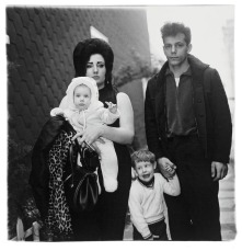 diane_arbus_young_brooklyn_family