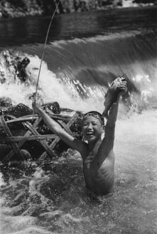 """Pesca all'ayu"", 1936 Izu, Prefettura di Shizuoka 457 x 560 mm.(Ken Domon Museum of Photography)"