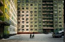 Le plan de construction de Norilsk a été établi dans les années 1940 par les architectes purgeant une peine (exil ou emprisonnement) dans le « Norillag ». L'idée principale était de faire une ville idéale avec un plan simple et logique. Les bâtiments les plus anciens sont construits dans le style Empire de l'architecture stalinienne. La seconde étape de construction, dans les années 1960, suivit le système de construction à partir des panels préconstruits qui a été introduit à cette époque et a été largement utilisé.